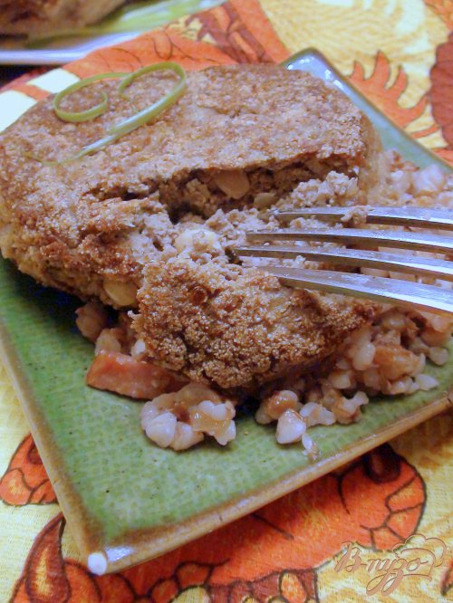 Котлеты из отварной печени с кедровыми орешками.