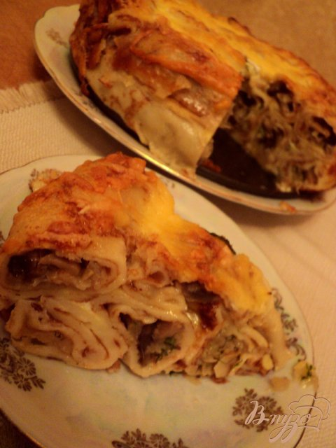Блинный пирог с грибами и капустой.