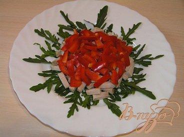 Мясной салат с рукколой и перцем