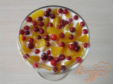 Фруктово-ягодный десерт со взбитыми сливками
