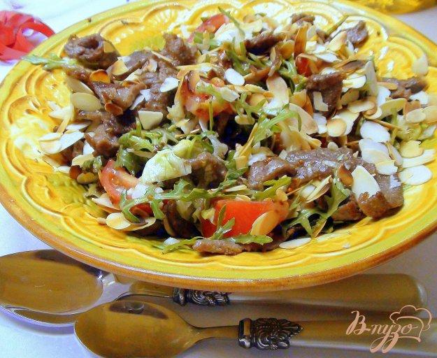 Рецепт Тёплый салат с жареной говядиной и миндальными лепестками.