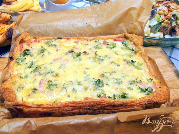 Рецепт Луковый пирог с ветчиной на слоёном тесте.