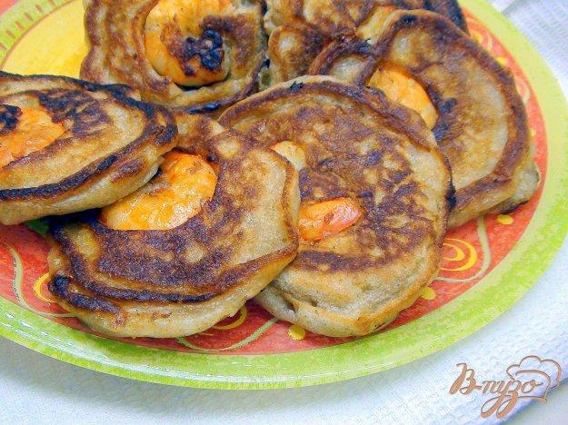 Рецепт Сырные оладушки с цельнозерновой мукой и припёком из тигровых креветок.