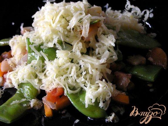 Рецепт Молодые стручки фасоли с беконом и овощами