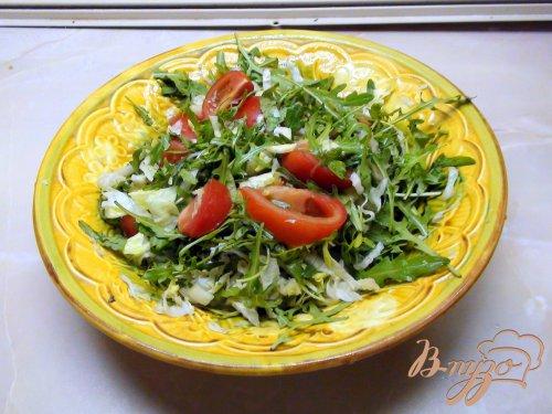 Тёплый салат с жареной говядиной и миндальными лепестками.