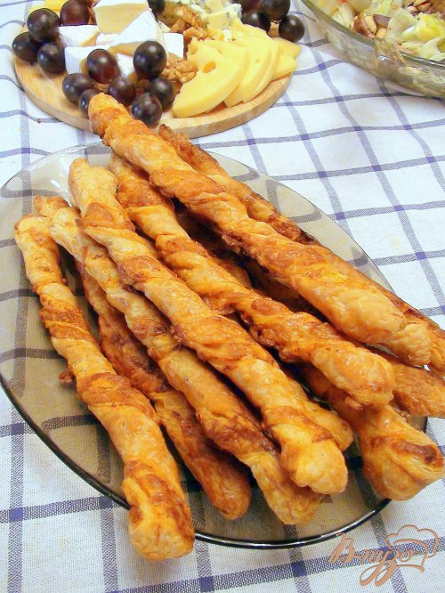 Сырные палочки с паприкой, из слоёного теста.