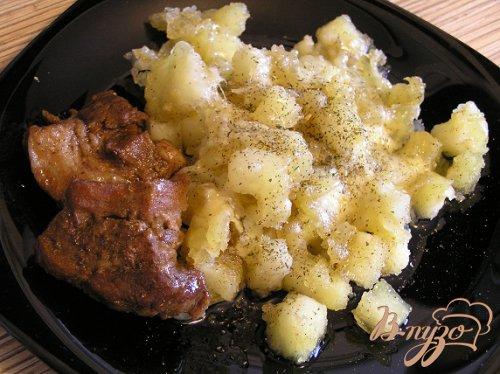 Жареный картофель с расплавленным сыром