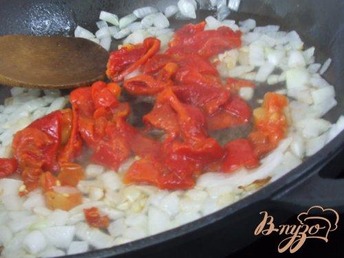 Спагетти соусом из печеных перцев с помидорами