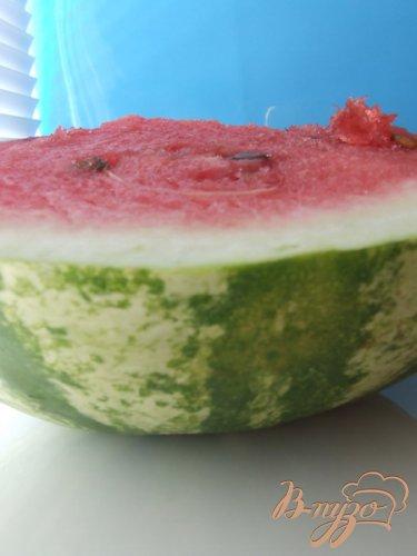 Пестрый фруктовый салат в арбузе