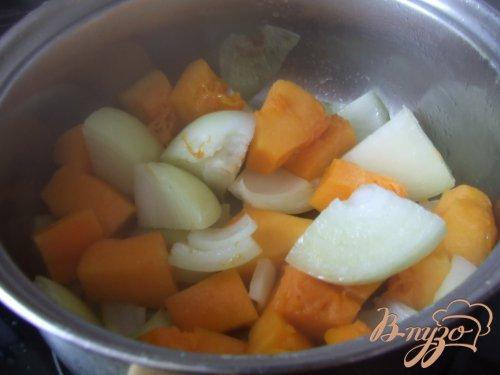 Суп-пюре из тыквы и лука с креветками.