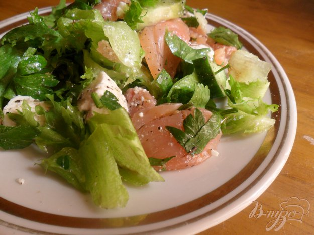 Рецепт Салат с красной рыбой и сыром.