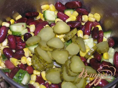 Салат из фасоли с кукурузой и огурчиками