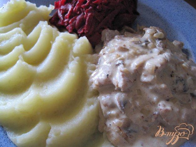 Рецепт Мясное жаркое с грибами в сметанном соусе.