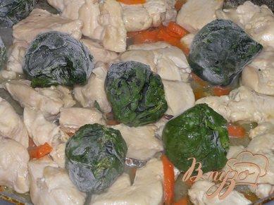 Куриные грудки со шпинатом и морковью