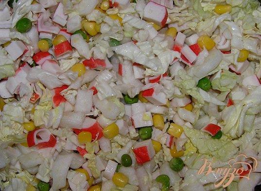 фото рецепта: Салат с пекинской капустой и крабовыми палочками