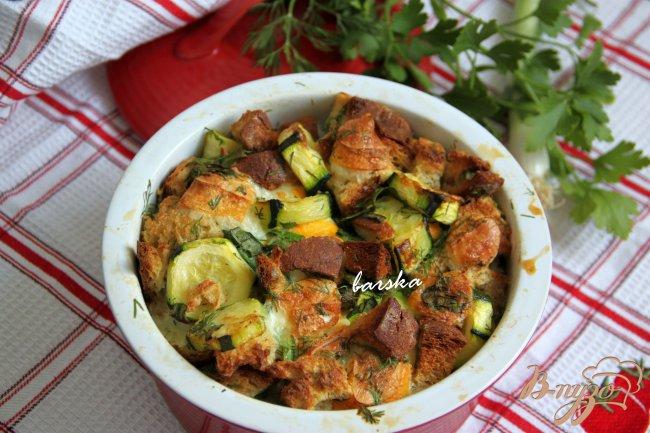 Фото приготовление рецепта: Кассероль из кабачков, хлеба и сыра шаг №6