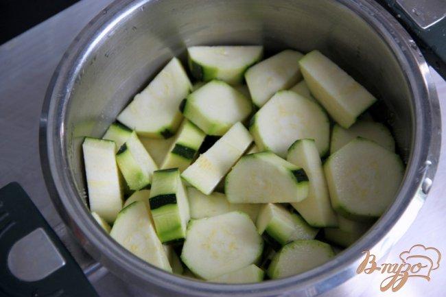 Фото приготовление рецепта: Кассероль из кабачков, хлеба и сыра шаг №1