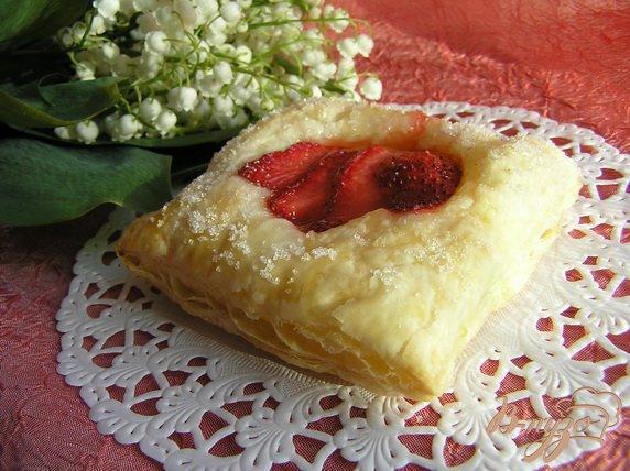 Фото приготовление рецепта: Слоеное пирожное с клубникой шаг №3