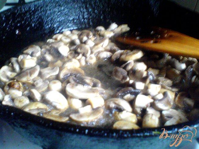Фото приготовление рецепта: Тёплый салат с курицей и грибами шаг №3