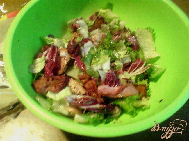 Фото приготовление рецепта: Тёплый салат с курицей и грибами шаг №4