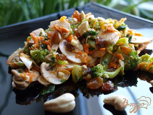 Рецепт Салат с брокколи и сырыми шампиньонами