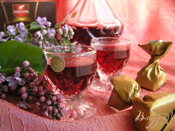 фото рецепта: Домашний малиновый ликер с ванилью