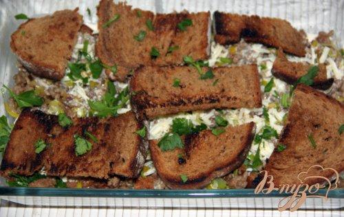 Запеканка из хлеба и фарша под сметанной заливкой