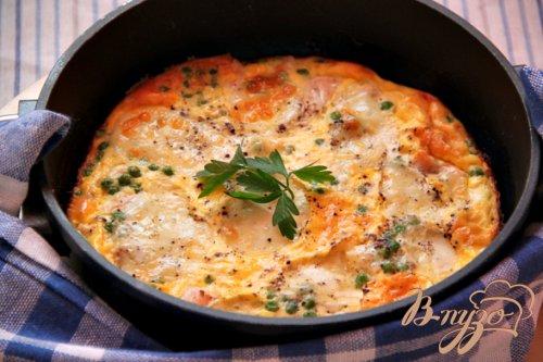 Запечeный омлет с лососем, зелeным горошком и моцареллой