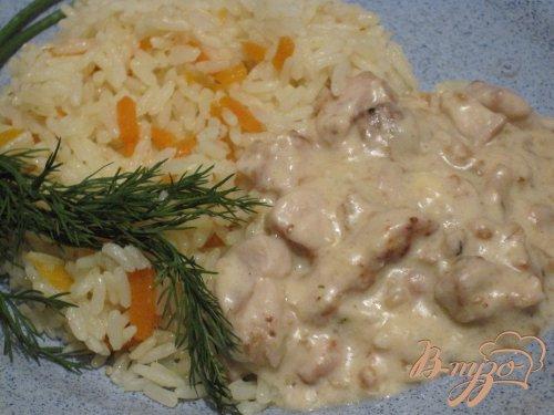 Грудка со сливочным соусом с рисом.