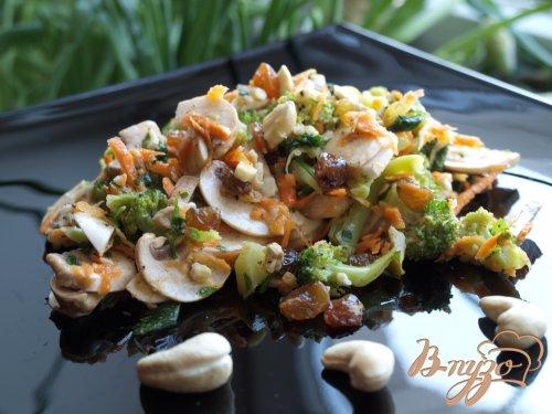 Салат с брокколи и сырыми шампиньонами