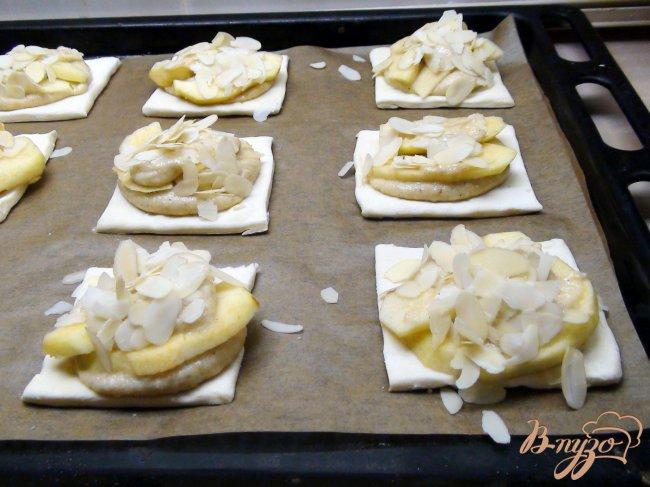 Фото приготовление рецепта: Ватрушки с миндальным кремом (франжипаном) и яблоками под миндальными лепестками шаг №6