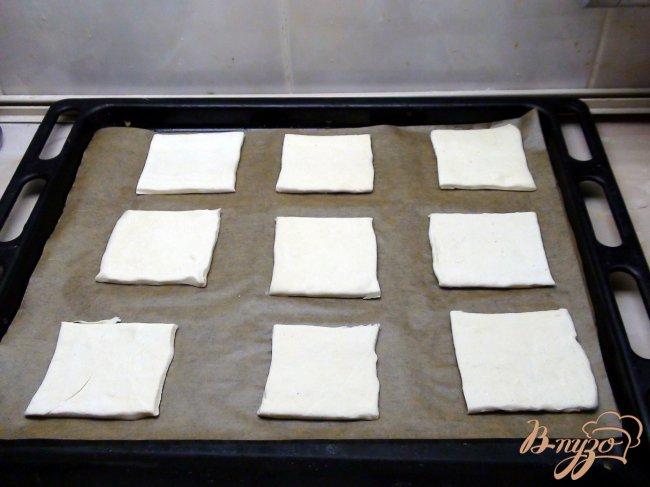 Фото приготовление рецепта: Ватрушки с миндальным кремом (франжипаном) и яблоками под миндальными лепестками шаг №4