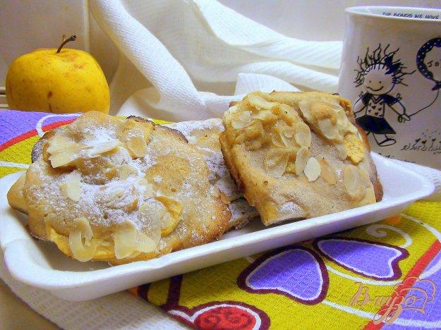 фото рецепта: Ватрушки с миндальным кремом (франжипаном) и яблоками под миндальными лепестками
