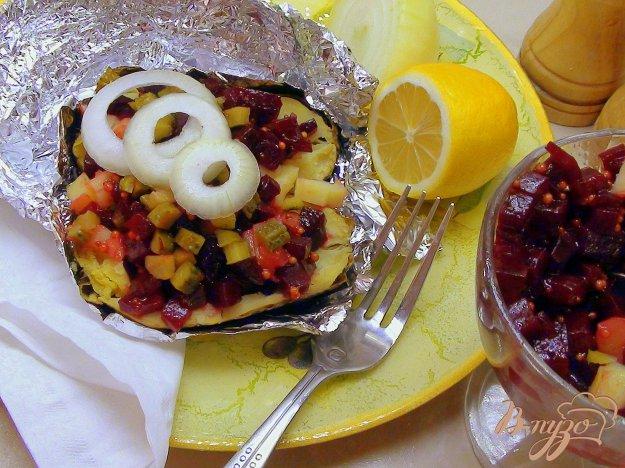 Рецепт Картофель, запечённый в фольге и поданный с маринованной свеклой.