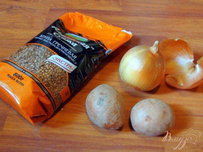 Фото приготовление рецепта: Густой супчик для вечно занятых мамочек с мясными клёцками, гречкой и овощами. шаг №2