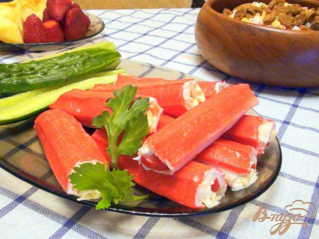 Рецепт Рулетики из крабовых палочек с сыром и помидорами.