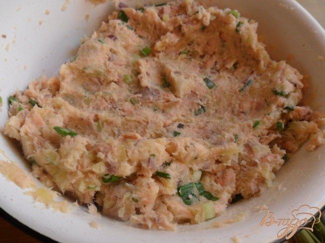 Фото приготовление рецепта: Котлеты из лосося с кремом васаби и салатом из огурцов шаг №7