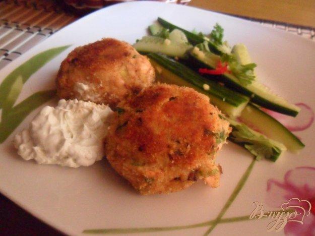 фото рецепта: Котлеты из лосося с кремом васаби и салатом из огурцов