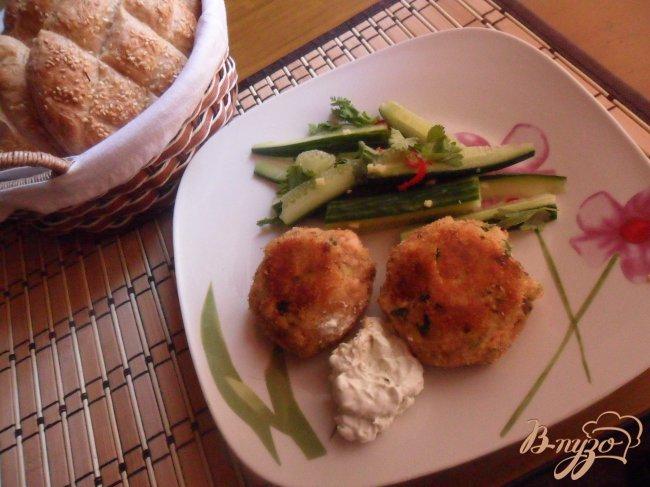 Фото приготовление рецепта: Котлеты из лосося с кремом васаби и салатом из огурцов шаг №10