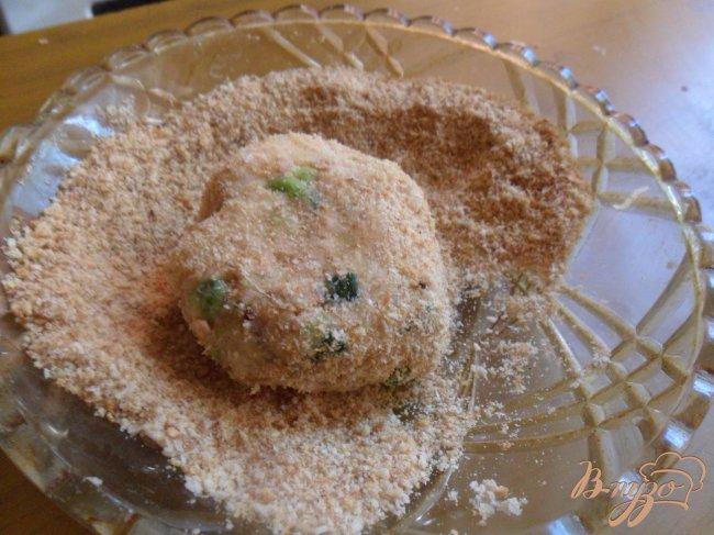 Фото приготовление рецепта: Котлеты из лосося с кремом васаби и салатом из огурцов шаг №8