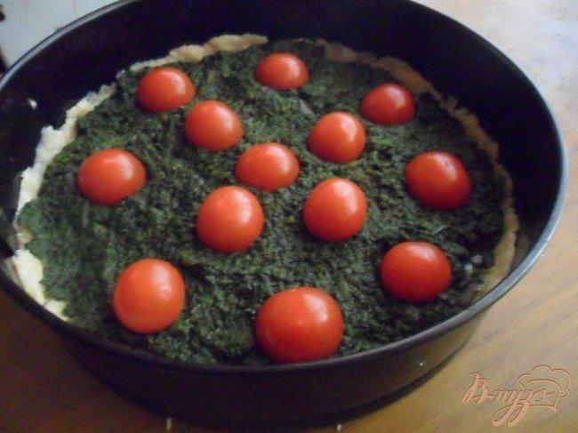 Фото приготовление рецепта: Сырно-шпинатный киш с томатами черри шаг №6