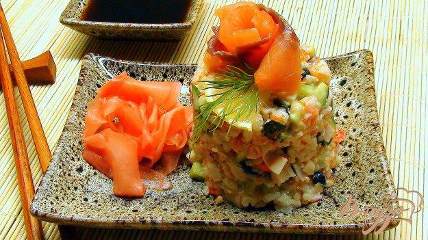 фото рецепта: «Роллы» Калифорния (для тех, кто не умеет их «крутить»). Салат с рисом и рыбой.