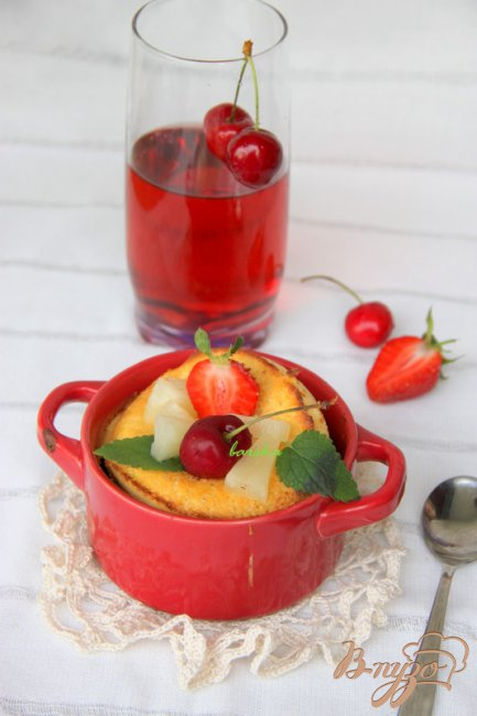 Фото приготовление рецепта: Воздушные блинчики  с ягодами шаг №4