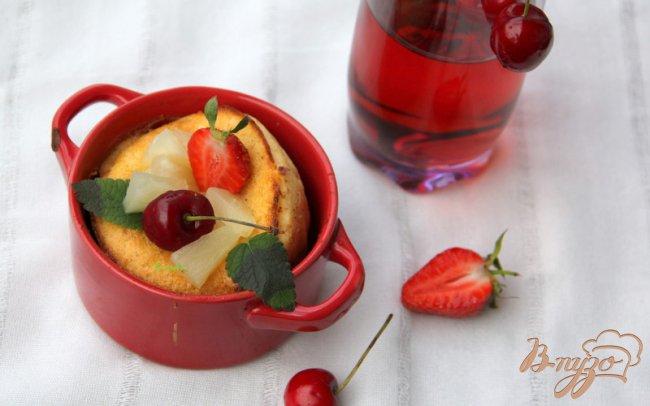 Фото приготовление рецепта: Воздушные блинчики  с ягодами шаг №5