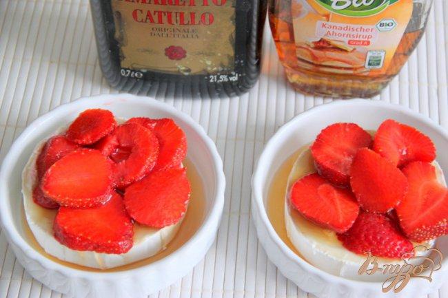 Фото приготовление рецепта: Необычный десерт из камембера и клубники шаг №2