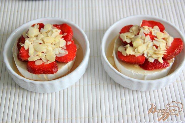 Фото приготовление рецепта: Необычный десерт из камембера и клубники шаг №3