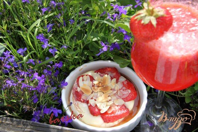 Фото приготовление рецепта: Необычный десерт из камембера и клубники шаг №4