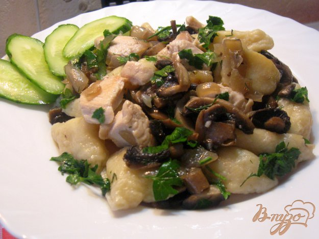 Рецепт Картофельные галушки с курицей и грибами