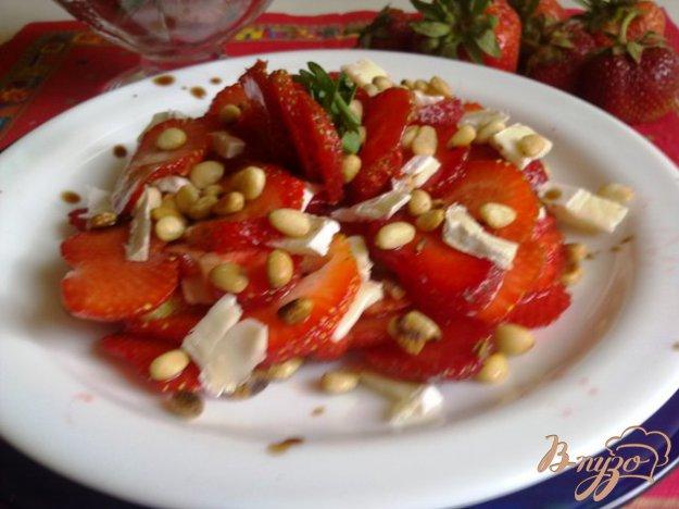 Рецепт Клубничное карпаччо с сыром и орешками.