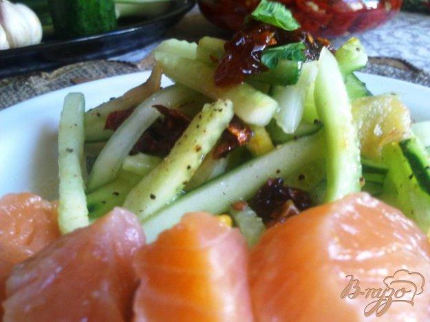 Рецепт Салат из свежих огурцов с сушеными помидорами